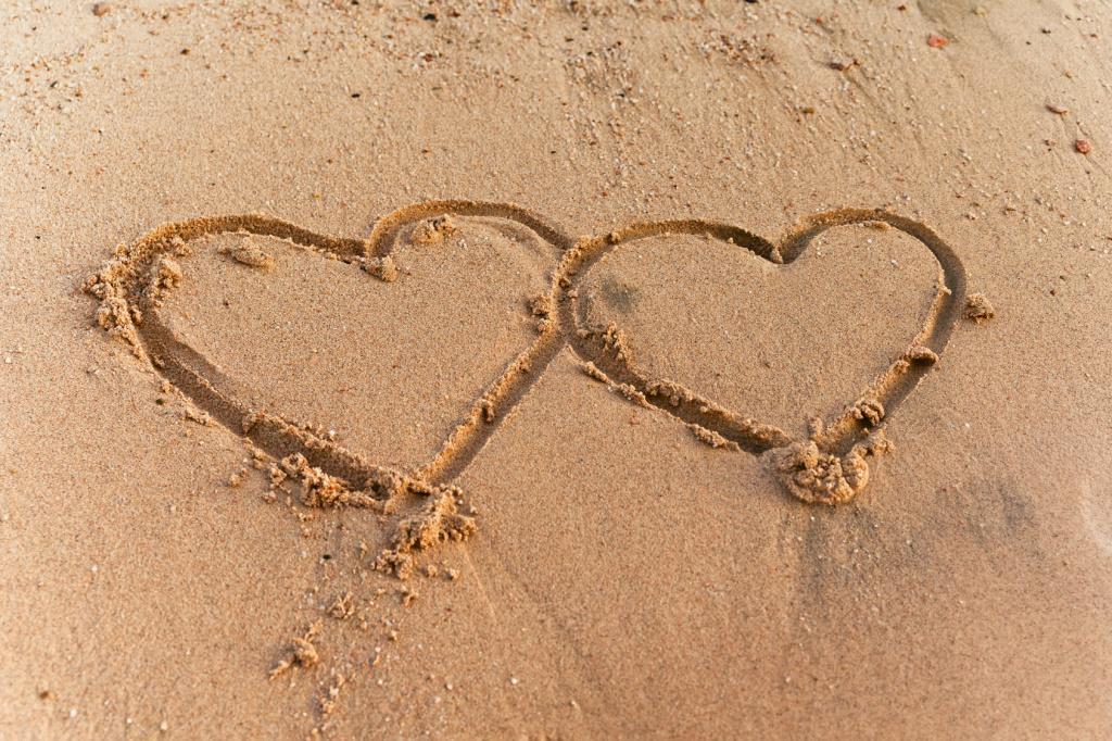 2 Herzen in den Sand gemalt